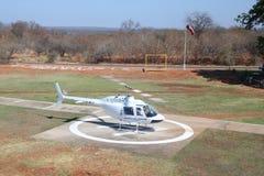 Os voos e os voos charter cênicos de Victoria Falls da mosca do helicóptero de Zambezi Helicóptero Empresa Bell 206 à indústria d foto de stock