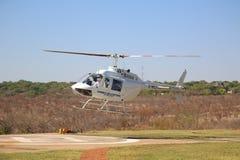 Os voos e os voos charter cênicos de Victoria Falls da mosca do helicóptero de Zambezi Helicóptero Empresa Bell 206 à indústria d imagens de stock royalty free
