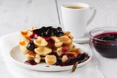 Os waffles belgas com creem e berrie bloqueiam no fundo de madeira branco imagem de stock