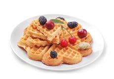 os waffles belgas doces sob a forma dos corações com bagas em um branco isolaram o fundo fotografia de stock