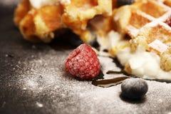 Os waffles caseiros frescos com ricota serviram com chantiliy e bagas Foto de Stock
