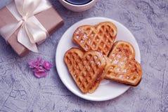 Os waffles com coração de creme dão forma com a caixa de presente no fundo de madeira rústico Fundo do dia do ` s do Valentim Con foto de stock