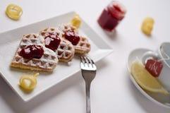 Os waffles do coração, doce, açúcar pulverizado serviram na placa retangular Imagens de Stock Royalty Free