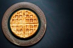 Os waffles escandinavos tradicionais do estilo serviram em uma placa rústica Imagens de Stock