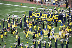 Os Wolverines de Michigan tomam o campo Fotos de Stock Royalty Free