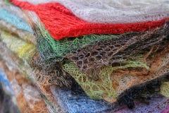 Os xailes de lã feitos malha empilharam foto de stock royalty free