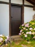Osacza z drzwi i kwiatami stary dom wiejski Zdjęcia Stock