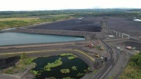 Osadniczy zbiorniki dla flotacji tailings, czerń węgiel pytają - widok z lotu ptaka trutniem zbiory wideo