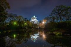 Osaka Castle avec la réflexion en étang et ciel nocturne avec l'étoile chez Osaka Japan l'asie image stock