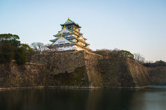 Osaka Castle bij dageraad in de stad van Osaka Royalty-vrije Stock Afbeeldingen