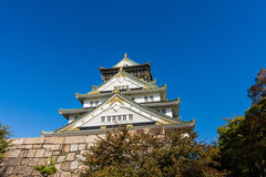 Osaka Castle com o céu azul bonito na cidade de Osaka, Japão Fotografia de Stock Royalty Free