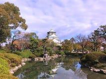 Osaka Castle con el fondo del cielo azul Imagenes de archivo