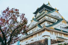 Osaka Castle in de herfstseizoen, één van het beroemdste oriëntatiepunt in Japan royalty-vrije stock fotografie