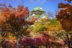 Osaka Castle in de Herfstseizoen Stock Afbeeldingen