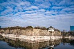 Osaka Castle-de steenmuur met water denkt hieronder na royalty-vrije stock afbeeldingen