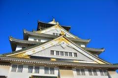 Osaka Castle, el castillo verde con los emblemas de oro del tigre Imágenes de archivo libres de regalías