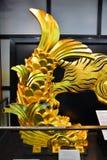 Osaka Castle, el castillo verde con los emblemas de oro del tigre Foto de archivo libre de regalías