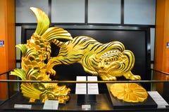Osaka Castle, el castillo verde con los emblemas de oro del tigre Fotografía de archivo