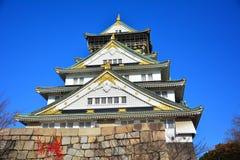 Osaka Castle, el castillo verde con los emblemas de oro del tigre Imagen de archivo libre de regalías