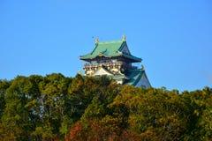 Osaka Castle, el castillo verde con los emblemas de oro del tigre Foto de archivo