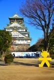 Osaka Castle, el castillo verde con los emblemas de oro del tigre Fotografía de archivo libre de regalías