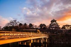 Osaka Castle em Osaka, Japão no crepúsculo Fotografia de Stock Royalty Free