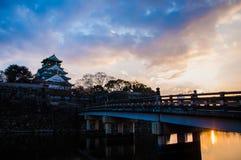 Osaka Castle i Osaka, Japan på skymning Arkivfoto