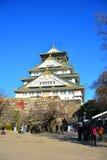 Osaka Castle, il castello verde con gli emblemi dorati della tigre Fotografie Stock