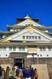 Osaka Castle, il castello verde con gli emblemi dorati della tigre Fotografia Stock