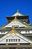 Osaka Castle, il castello verde con gli emblemi dorati della tigre Immagine Stock