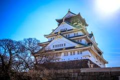 Osaka Castle lokalisierte mit Hintergrund des blauen Himmels Stockfotos