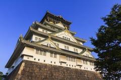 Osaka Castle met blauwe hemelachtergrond Royalty-vrije Stock Foto's