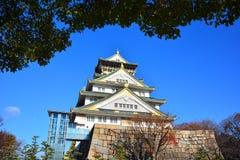 Osaka Castle, o castelo verde com os emblemas dourados do tigre Fotos de Stock Royalty Free
