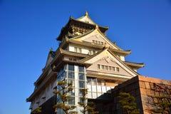 Osaka Castle, o castelo verde com os emblemas dourados do tigre Imagem de Stock
