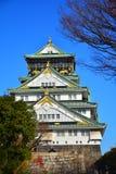 Osaka Castle, o castelo verde com os emblemas dourados do tigre Fotografia de Stock Royalty Free