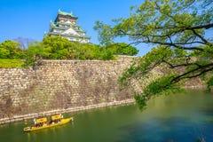 Osaka Castle turnerar fartyget fotografering för bildbyråer
