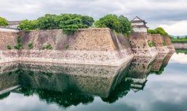 Osaka Castle Walls omgav vid vatten Royaltyfri Fotografi