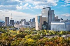 Osaka Cityscape - sikt från Osaka Castle i Japan fotografering för bildbyråer