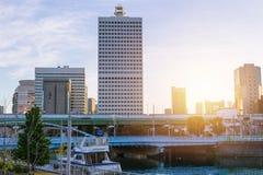 : Osaka fjärdport med den höga moderna affären som bygger stads- landskap Royaltyfri Bild