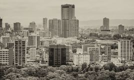 Osaka flyg- sikt Byggnader och staden parkerar på en mulen dag Arkivfoto