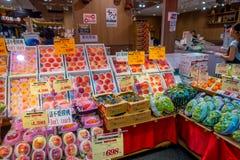 OSAKA, GIAPPONE - 18 LUGLIO 2017: Asortted fruttifica in un mercato del mercato di Kuromon Ichiba sopra a Osaka, Giappone è il me Immagine Stock