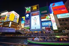 Osaka, Giappone - 27 marzo 2015: Scena urbana di Kansai alla costruzione moderna di notte con la luce al neon intorno alla pubbli Immagine Stock