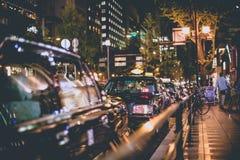 Osaka, Giappone - 7 novembre 2015 allineamento del taxi del nero del turno di notte in coda nello shinsaibashi del centro urbano, Fotografia Stock Libera da Diritti