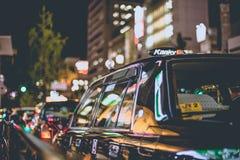 Osaka, Giappone - 7 novembre 2015 allineamento del taxi del nero del turno di notte in coda nello shinsaibashi del centro urbano, Immagini Stock Libere da Diritti