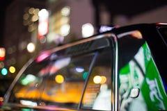 Osaka, Giappone - 7 novembre 2015 allineamento del taxi del nero del turno di notte in coda nello shinsaibashi del centro urbano, Immagine Stock Libera da Diritti