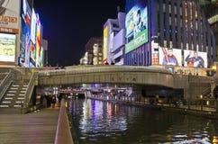 OSAKA, JAPÃO - 9 DE DEZEMBRO DE 2015: Dontonbori, área de Namba Osaka Fotos de Stock Royalty Free