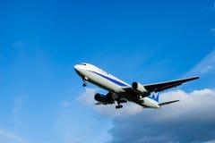 Osaka, Japão - 22 de janeiro de 2016 - All Nippon Airways ANA Boeing 767 que aterra no aeroporto de Itami, Osaka, Japão Imagens de Stock