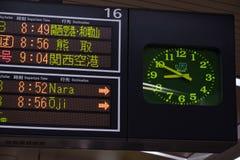 OSAKA, JAPÃO - 30 DE JANEIRO DE 2018: Suspiro japonês dos trilhos e do relógio do JÚNIOR que mostra tempos de partida em Osaka St fotos de stock
