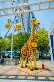 OSAKA, JAPÃO - 18 DE JULHO DE 2017: Girafa bonito feito com os legos em Tempozan Ferris Wheel em Osaka, Japão É encontrado Fotografia de Stock