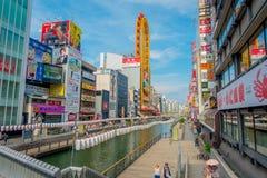 OSAKA, JAPÃO - 18 DE JULHO DE 2017: Povos não identificados que andam ao redor do cerco do distrito de Dotonbori do sinal Fotos de Stock Royalty Free